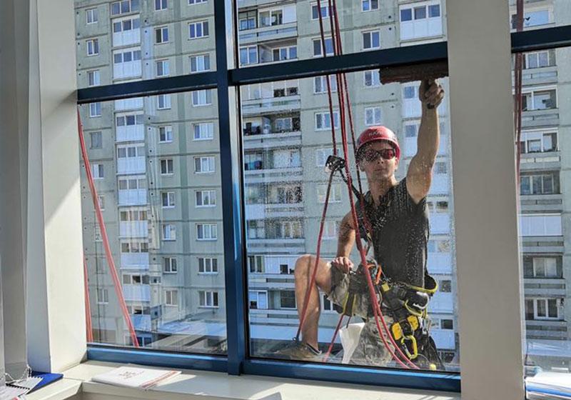 Umyvanie okna vo vyske