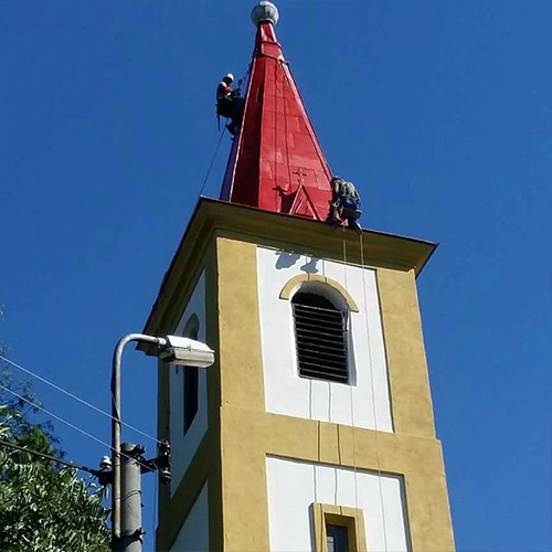 Natieranie strechy kostola vo vyske